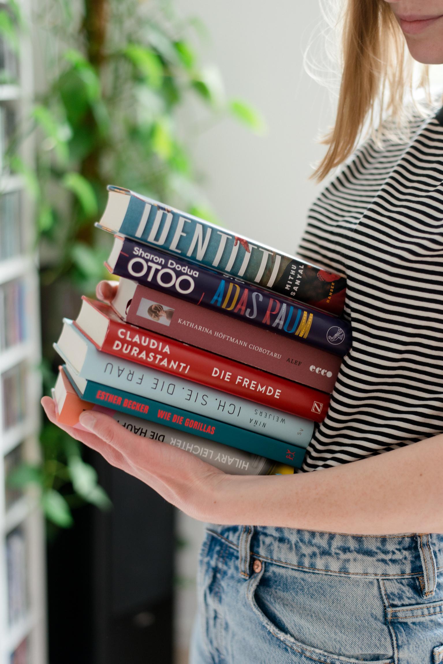 Imke Weiter, Gründerin The Female Reader hält einen Stapel Bücher